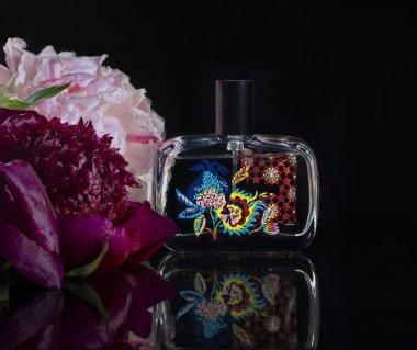 hafif bir arka plan üzerinde parfüm ve şakayık çiçekler