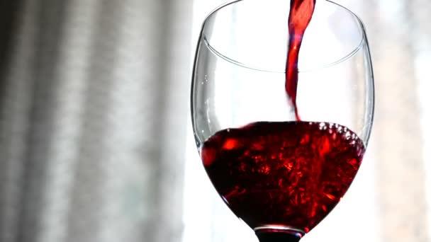 červené víno nalil do sklenice na světlém pozadí