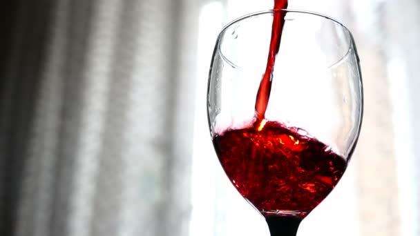 červené víno nalil do sklenice na světlé pozadí