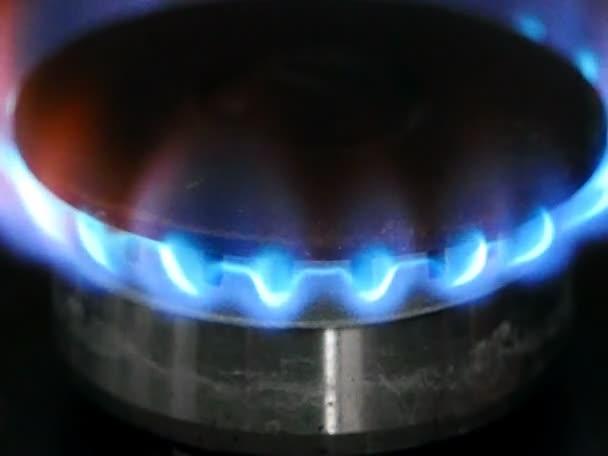 Brennender Gasbrenner auf dem Herd Nahaufnahme