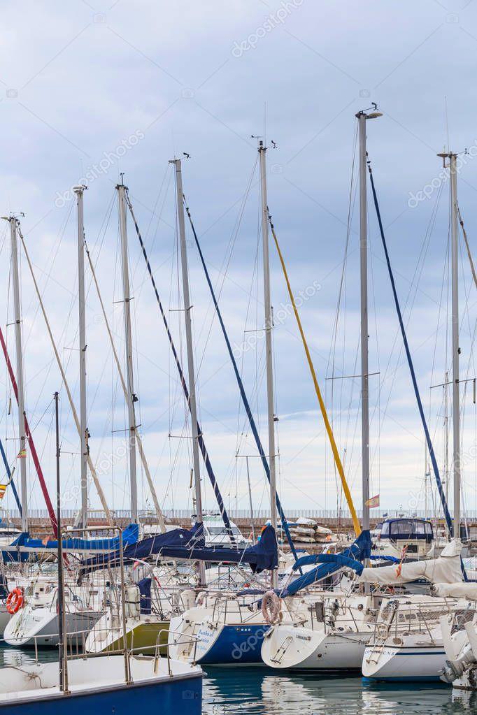 Barche a vela sono ormeggiati nel porto di Salou, Spagna, Costa Dorada. Passeggiata sul lungomare di Salou 13.06.2019. Vela .