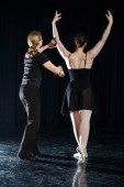 Gyönyörű balett-táncos, modern stílusú táncos pózol a stúdió háttere
