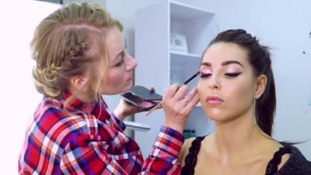 Maskérka v práci. Make-up model Full