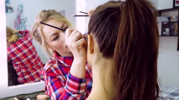 Maskérka v práci. Make-up modelu. Slow motion 100 fps Full Hd