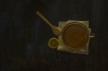 taza de vidrio con te y limon