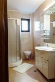 üres tiszta fürdőszoba modern lakás