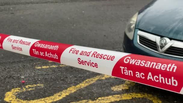 Plastová páska používaná hasičskou a záchrannou službou k zablokování silnice pro veřejnost po mimořádné události