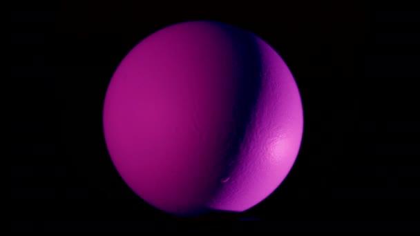Auf schwarzem Hintergrund rotiert ein bemaltes Osterei. Das Video wird in einer Schleife gedreht. geeignet für vj. Eier für die Osterfeiertage zu bemalen ist ein alter russischer Brauch