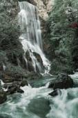 Blick auf schönen Wasserfall in der Natur bei Tag