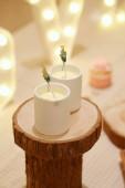 gyönyörű esküvői asztal gyertyákkal és virágokkal