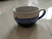 Egy csésze kávé az asztalon.
