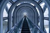 modern folyosó lépcsővel