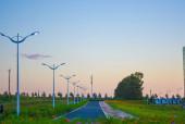 wunderschöne Landschaft mit Windmühle und Feld