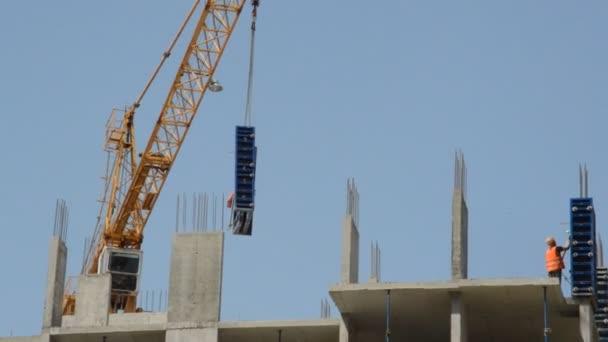 Stavební práce na nové budově obytného komplexu a domu