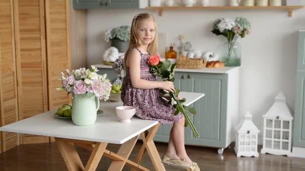 dívka ve světlé kuchyni ve stylu Provence