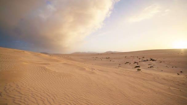 Video z pouště západu slunce na šířku