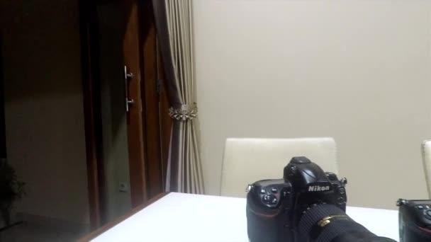 Yogyakarta, Indonézia - 2019. május 21.: Nikon Dslr kamerasorozat fehér asztalon