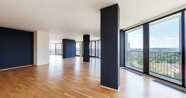 Moderní bílé prázdné podkroví bytový interiér s parketovou podlahou a panoramatická okna s výhledem na město metropolis