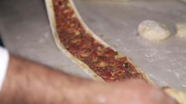 Příprava pokrmů z těsta a masa. Výživné jídlo. Detail