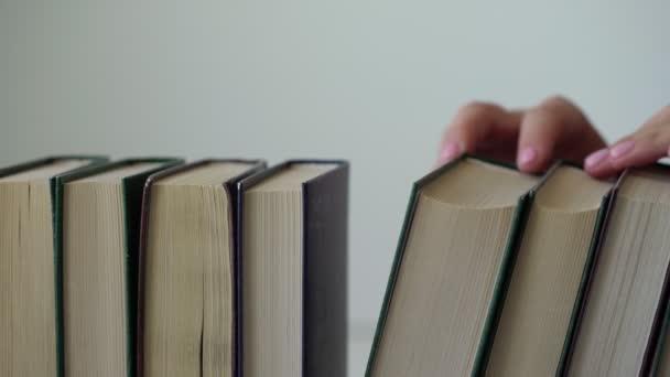 hölgy szép kezek pick fekete keményfedte könyv sorban