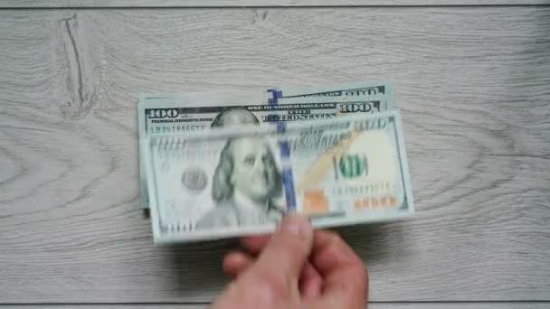 timelapse člověk vytváří tlustou hromadu peněz uvedení bankovek