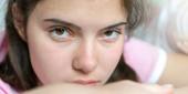 lány nagy barna szeme belenéz kamera közelről