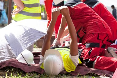 İş kazasından sonra ilk yardım.