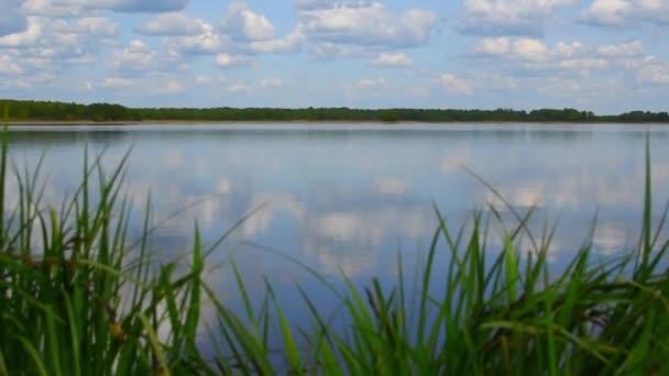 Wolken spiegeln sich im blauen See. Schöne wilde Seenlandschaft