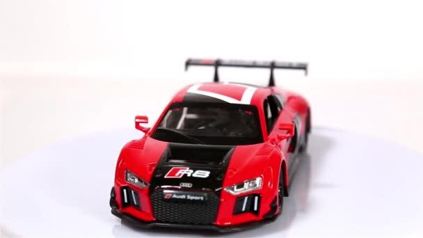 Berlin, Německo - leden. 2019: červené Audi R8 Lms měřítko modelu sportovní automobil otáčení izolované na bílém pozadí