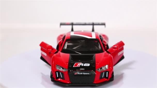 Berlin, Německo - leden. 2019: červené Audi R8 Lms měřítko modelu sportovní automobil s otevřených dveří je otáčení izolované na bílém pozadí