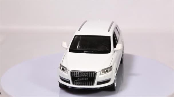 Berlin, Německo - leden. 2019: bílé Audi Q7 měřítko modelu suv je Kolorektální karcinom, izolované na bílém pozadí