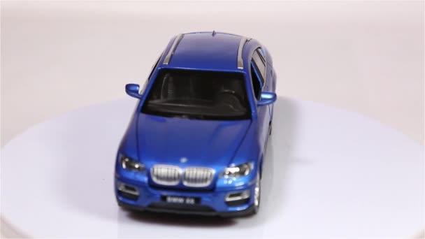 Berlin, Německo - leden. 2019: modré Bmw X6 měřítko modelu suv auto je otáčení izolované na bílém pozadí.
