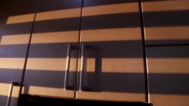 Pruhované stíny od pohybu žaluzie jsou zobrazeny na kuchyňské skříňky. Animované pozadí textury.