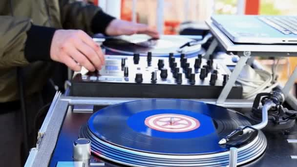 DJ Hrajte hudbu, poškrábat Vinylzáznam na gramofonové straně na otevřeném vzduchu. Uzavření rukou.