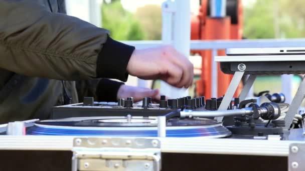 DJ játék zene, karmoló Vinyl feljegyzés-ra lemezjátszó-ra nyit levegő csapat. Kezek közelíti meg.