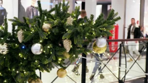 Vánoce zdobené Magnolia Park Sopping Mall. Lidé procházky ve slavnostním nákupním centru, aby Novoroční nákupy,.