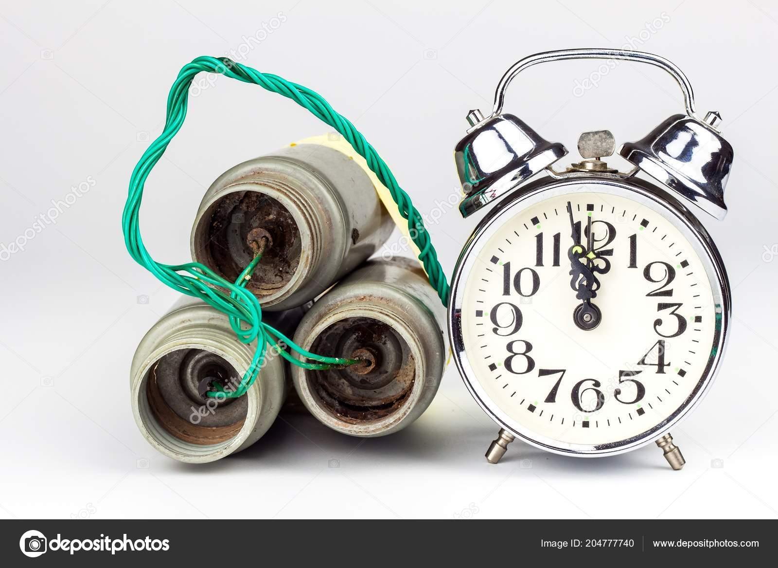 7b8f34e00cf3 Bomba de tiempo. Antiguo reloj despertador con una bomba. Peligro de  explosión. El concepto de terrorismo — Foto de ...