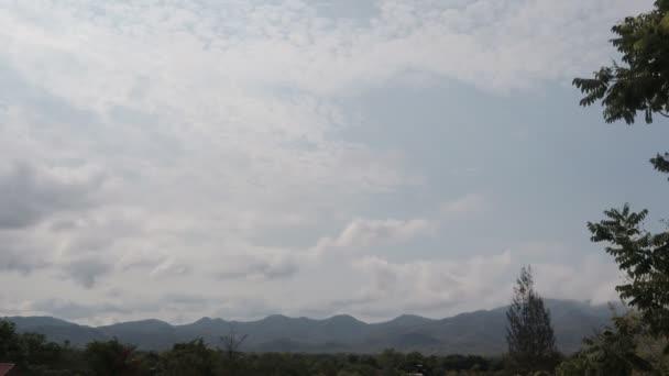 Dramatická bouřková krajina nádherné mraky sluneční paprsky a západ slunce s krásnou krajinou