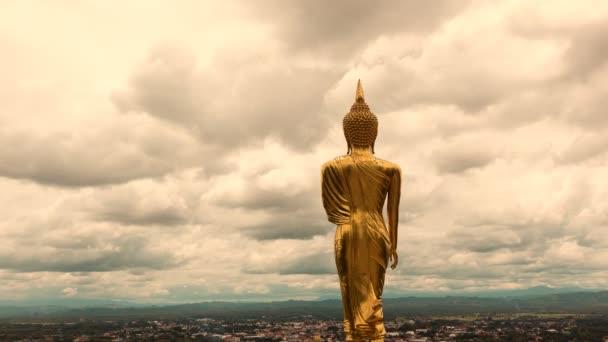 viharos és felhő mozog arany Buddha állt egy hegyi templomban