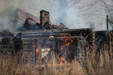 Tamamen yanmış ahşap ev. Yangının sonuçları