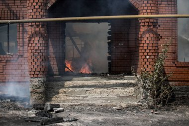 Yanan ev. Tek bir aile yangında tamamen yok oldu..