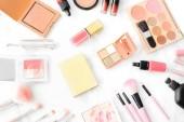 Složení kosmetiky. Růžový kartáč set, rtěnky, tvářenky na a oční stíny paleta na mramorový stůl. Kosmetický stůl pro ženy tvoří koncepce. Kosmetické produkty. Toaletní stolek. Plochá ležel, horní pohled