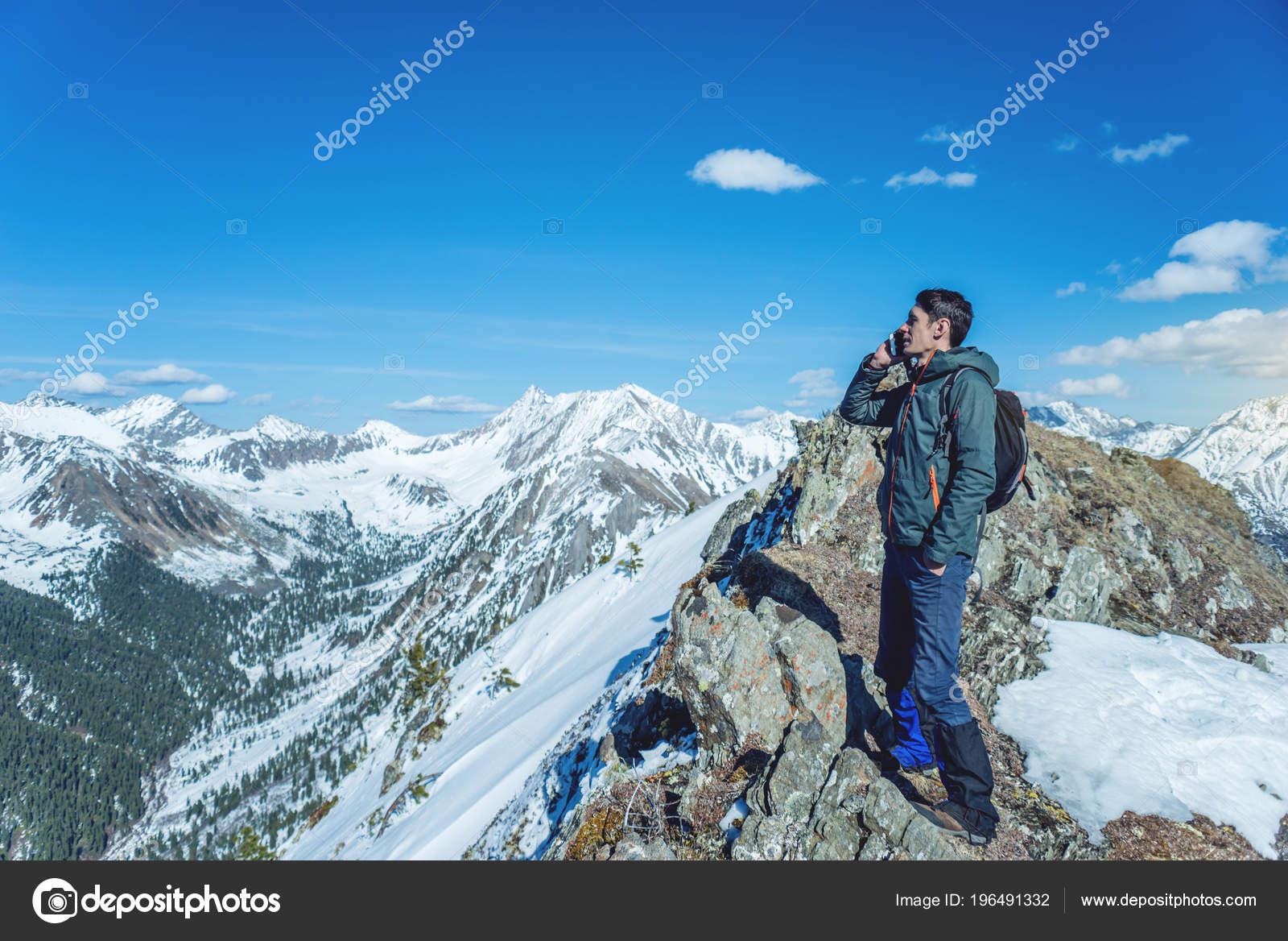 Giovane Uomo Con Telefono Mano Sulla Cima Una Montagna Nevosa Foto