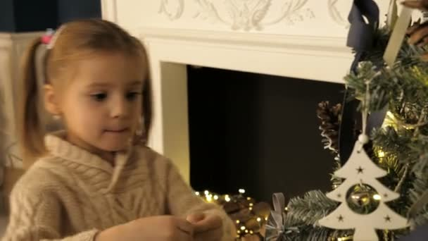 Kinder und Weihnachten. Kind an Weihnachten. Weihnachtsbaum schmücken.
