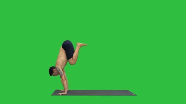 Mladý muž dělá jógu na zelené obrazovce, Chroma Key.
