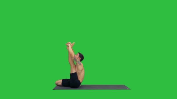 männliche Yogalehrer in Reiher Pose intensive Achillessehnendehnung Flexibilität, Wohlfühlkonzepte auf einem grünen Bildschirm, Chroma-Schlüssel.