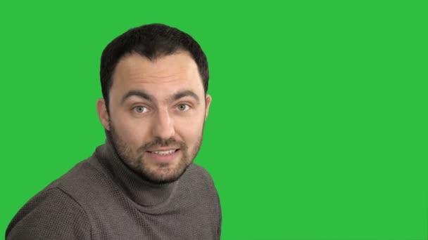 Muž mluví do kamery na zelené obrazovce, Chroma Key.