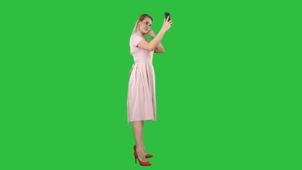 Krásná žena uhladit, chtějí ji telefon na zelené obrazovce, Chroma Key.