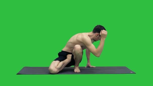 Muž praxe jógy Sage Twist C pozice nebo Marichyasana pozice protahování svalů cvičení s jóga meditace odpočinout a občerstvit zdraví na zelené obrazovce, Chroma Key.