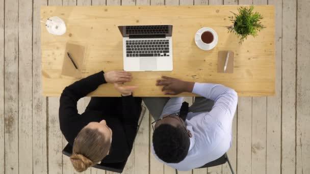 Első látásra. Üzleti, technológiai és irodai koncepció - komoly üzletember és üzletasszony laptoppal videóhívás Professzionális felvétel 4K felbontásban. 012-es. Használhatja például. a reklámban